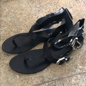 Black report sandal